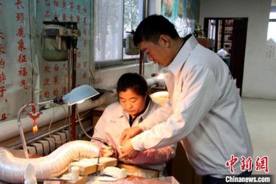 """山东阳信""""80后""""牛骨雕刻师授艺农村妇女促就业增收"""