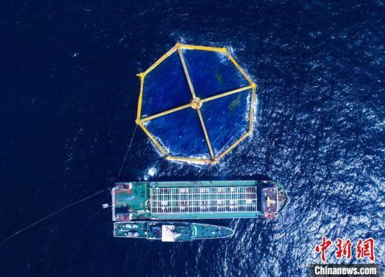图为深蓝1号网箱和养殖工船。日照海洋局供图