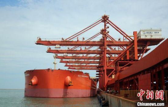 """载有39.25万吨铁矿石的""""马拉尼昂""""轮在烟台港西港区接卸。王娇妮 摄"""