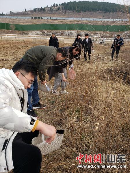 两个支部的党员群众参加野外挖野菜活动。浪子 摄