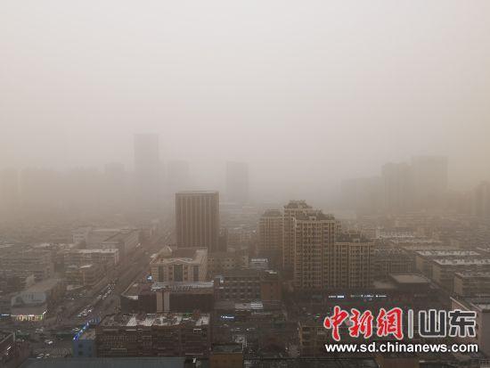 15日,山东济南遭受沙尘侵袭,笼罩在漫天黄沙中。沙见龙 摄