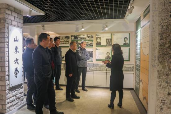 中国中铁一行参观了山东大学校史馆。