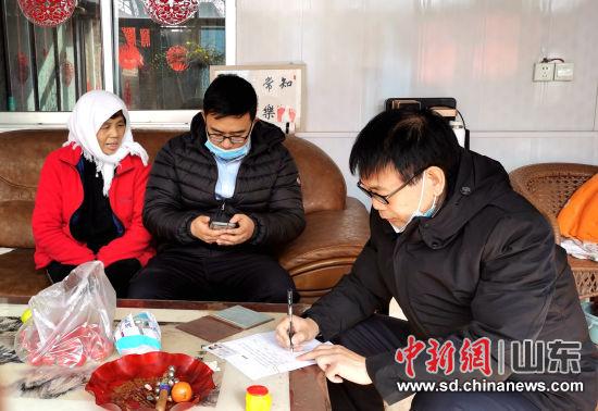 农行寿光市支行组织员工进村入户建立农户信息档案。图为寿光洛城分理处员工正在杨家尧河村建立农户建档。 陈乐