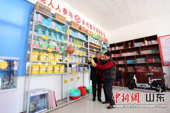 村民在信用超市用信用积分兑换物品。陈阳 摄