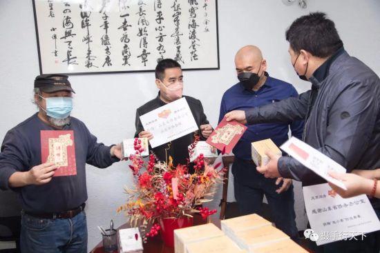 西班牙华人山东总会发放防疫香囊。