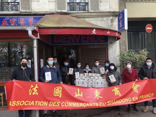 法国山东同乡会向旅法乡亲发放防疫香囊。