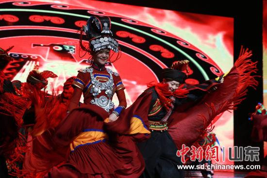 推介会上展示了贵州独具特色的mg棋牌平台商品展和大型文旅演出《山人之贵》等节目。