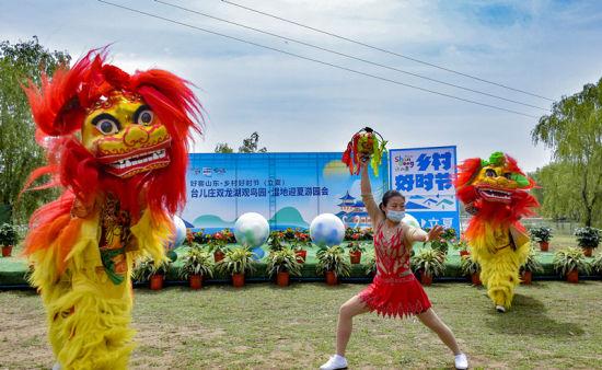 现场还举办了田园音乐会、风筝文化展览、亲子环湖自行车赛等活动