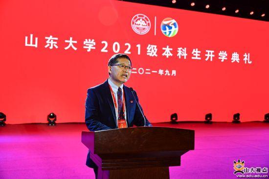 山东大学化学系1980级校友、中国科学院院士马大为当晚作为校友代表在开学典礼上发言。