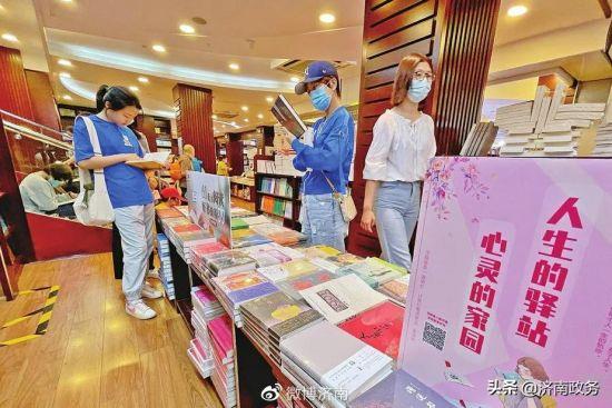 """国庆假日,不少市民选择在城市书房内看书""""充电"""",度过一个书香假期。张一 摄"""