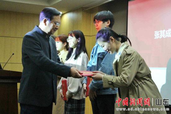 北京中医药大学国学院教授张其成为优秀学生奖学金获得者颁奖。赵晓