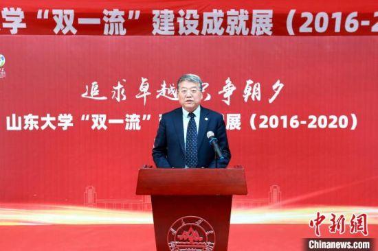 山东大学党委书记郭新立主持开幕式并宣布开幕。 梁�� 摄